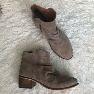 Seychelles suede tan booties zipper block heel
